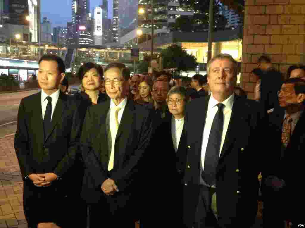 香港法律界举行反人大释法黑衣静默游行(美国之音海彦拍摄)