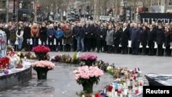Orang-orang menghadiri upacara di lapangan Place de la Republique untuk mengenang korban penembakan tahun lalu di kantor koran satir Perancis Charlie Hebdo, di Paris, Perancis, 10 Januari 2016.
