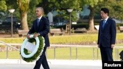 Tổng thống Mỹ Barack Obama (trái) và Thủ tướng Nhật Shinzo Abe đặt vòng hoa tại Đài tưởng niệm Hòa bình ở Hiroshima ngày 27/5/2016.