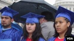 Los estudiantes actualmente terminan con una deuda de 24.000 dólares en promedio al culminar sus estudios.