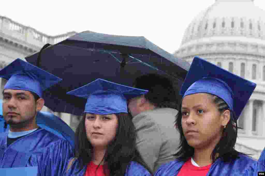 """Tras la sesión en el Comité del Congreso, y a pesar del mal tiempo, los """"Dreamers"""" (Soñadores) ofrecieron una rueda de prensa frente al edificio Triangle House donde se realizó la sesión."""