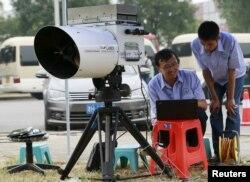 Các kỹ sư sử dụng thiết bị để đo mức độ của cyanide trong không khí tại một trạm theo dõi ô nhiễm môi trường trong phạm vi 3 km (2 dặm) từ khu vực xảy ra vụ nổ ở Thiên Tân, ngày 18/8/2015.