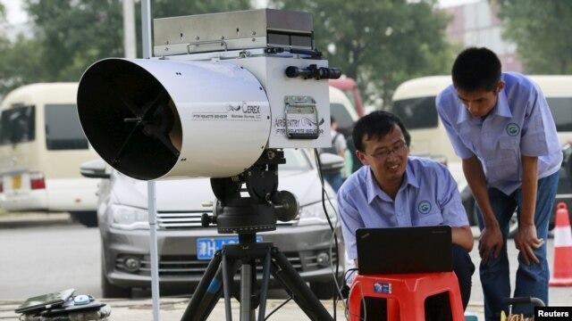 Các kỹ sư sử dụng một thiết bị để đo mức độ của chất cyanide trong không khí tại một trạm theo dõi ô nhiễm môi trường trong phạm vi 3 km (2 dặm) từ khu vực xảy ra vụ nổ ở Thiên Tân, ngày 18/8/2015.