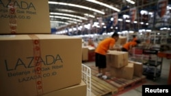 Karyawan peritel daring Lazada bekerja di gudang in Jakarta, Indonesia April 15, 2016. (Foto: REUTERS/Darren Whiteside)