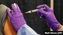 Seorang pria mendapatkan vaksin COVID-19 di tempat vaksinasi massal di Natick Mall pada Rabu, 24 Februari 2021, di Natick, AS. (Foto: AP/Matt Stone)