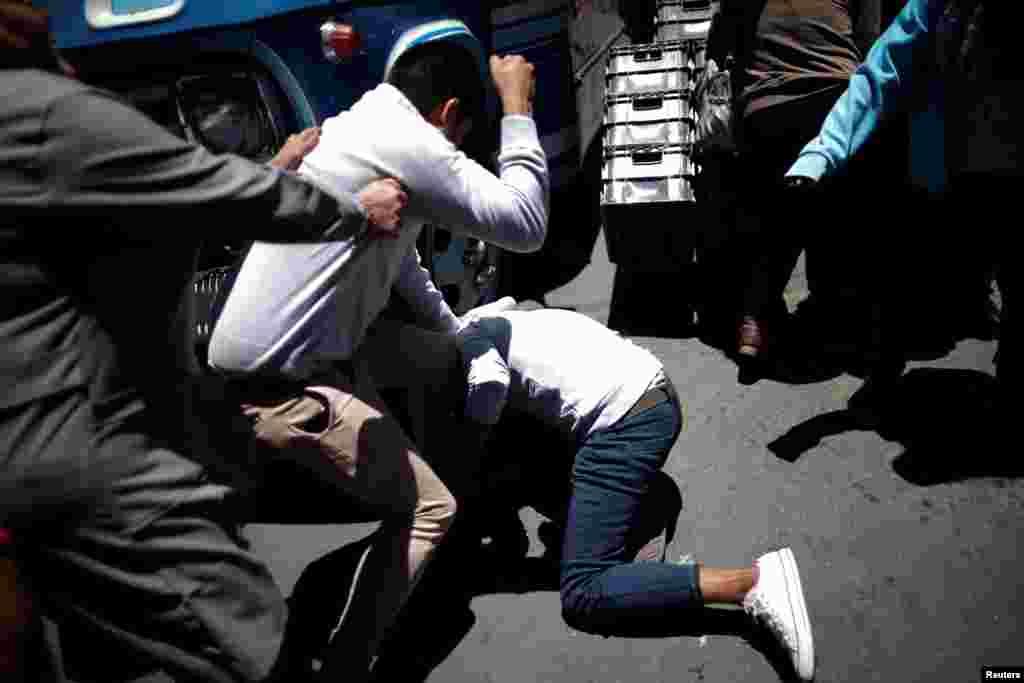 Dos hombres pelean durante la marcha de partidarios del presidente boliviano Evo Morales.
