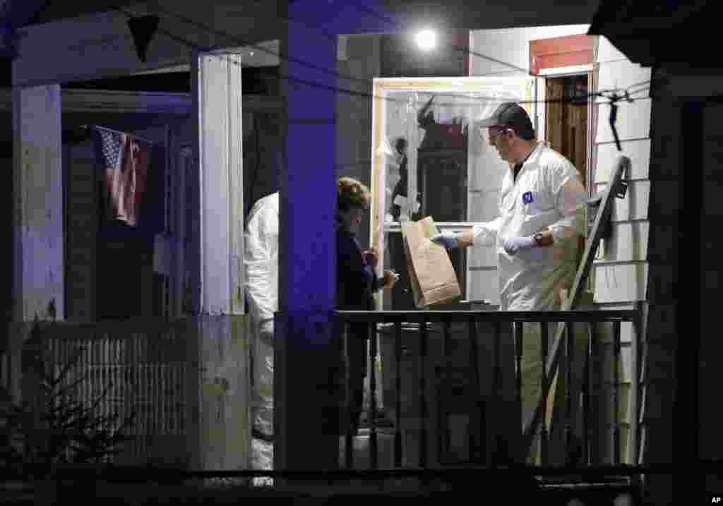 Agentes do FBI retiram provas de uma casa onde as três desaparecidas foram encontradas em Cleveland (Maio 2013)