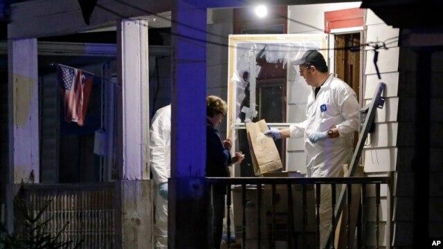 Para petugas FBI mengambil barang bukti dari rumah yang dijadikan tempat penculikan bagi tiga perempuan selama 10 tahun lebih di Cleveland, Ohio, Senin (6/5).
