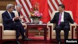 Ngoại trưởng Hoa Kỳ John Kerry (trái) trao đổi với Chủ tịch Trung Quốc Tập Cận Bình (phải) tại Đại Lễ đường Nhân dân sau vòng 8 Đối thoại Kinh tế và Chiến lược Mỹ - Trung, ngày 7 tháng 6 năm 2016.