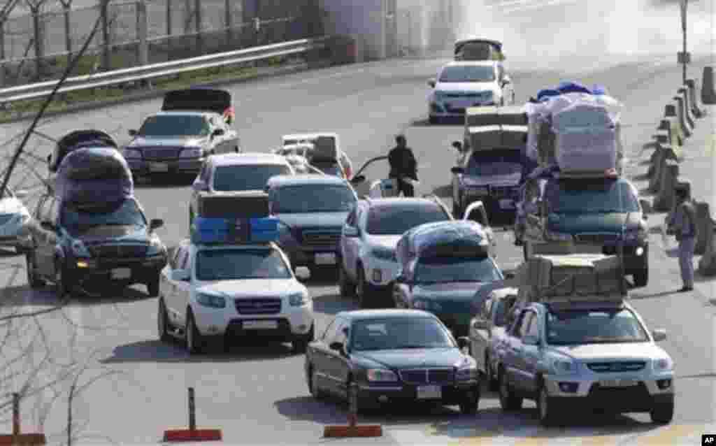 27일 개성공단 남측 차량들이 경기도 파주 남북출입사무소를 통과해 귀환하고 있다.