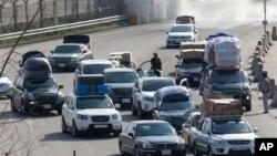 کائیسونگ کے مشترکہ صنعتی کمپلیکس میں تیار ہونے والی مصنوعات سے لدی گاڑیاں جنوبی کوریا میں داخل ہورہی ہیں (فائل)
