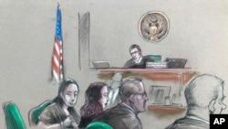 中国女子张玉婧(左)在佛罗里达州西棕榈滩聆听联邦法官威廉·马修曼(William Matthewman)的听证会。(2019年4月8日)
