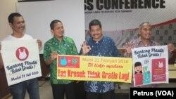 Pemerintah Kota Surabaya bersama masyarakat siap mengurangi pemakaian kantong plastik (Foto: VOA/Petrus)