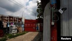 Seorang pengungsi Bangladesh berdiri di pintu masuk gubuknya di daerah pedesaan Ping Chi di Teritori Baru Hong Kong.