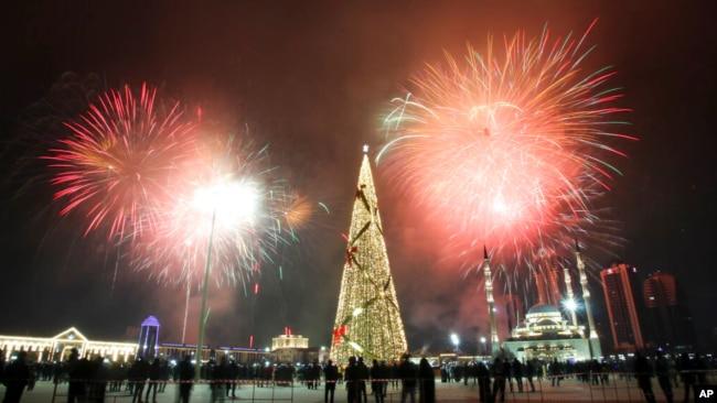 1 Ocak 2021 - Rusya'nın Grozny kentinde havai fişek gösterileri küçük bir grup tarafından izlendi