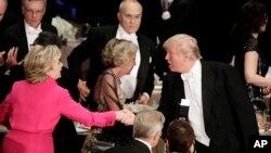 도널드 트럼프(오른쪽) 공화당 대통령 후보와 힐러리 클린턴 민주당 후보가 20일 뉴욕 월도프 아스토리아 호텔에서 열린 '알프레드 스미스 메모리얼' 재단 만찬 행사에서 악수하고 있다.