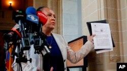 La embajadora de Venezuela ante la Organización de Estados Americanos, Carmen Velásquez, muestra una copia con el sello del documento que presentó ante el Secretario General de la Organización de Estados Americanos Luis Almagro, en la sede de la OEA en Washington, el 28 de abril de 2017.