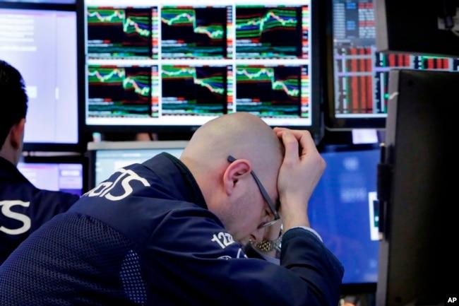 2018年4月6日,交易員馬里奧•皮科內在紐約證券交易所的工作崗位上工作。 隨著美國和中國之間的貿易緊張局勢加劇,股票再次下跌。