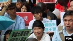 香港記者協會等8個傳媒組織在明報工業中心外集會,聲援明報員工,要求明報撤回解僱決定,籲呼籲各界一同守護守護新聞自由及明報(2016年5月2日,美國之音海彥拍攝)