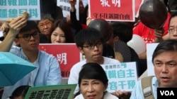 香港新闻人在明报报社外集会守护新闻自由