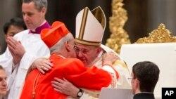 အသစ္ခန္႔အပ္လုိက္တဲ့ Buenos Aires က ေက်ာင္းထိုင္ Cardinal ဘုန္းေတာ္ႀကီး Mario Aurelio Poli ကို ပုပ္ရဟန္းမင္းႀကီး Francis က ေပြ႔ဖက္ႏႈတ္ဆက္စဥ္။ (ေဖေဖာ္ဝါရီ ၂၂၊ ၂၀၁၄)