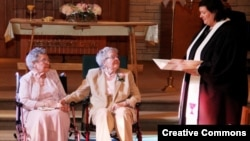 Pendeta Linda Hunsaker meresmikan pernikahan Vivian Boyack (kiri) dan Alice ''Nonie'' Dubes di Davenport, Iowa. (Foto: The Quad City Times/Thomas Geyer)