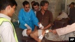 16일 파키스탄에서 발생한 자살폭탄 테러로 부상당한 어린이가 인근 병원에서 응급치료를 받고 있다.