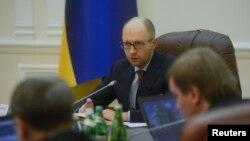 Novi premijer Ukrajine Arsenij Jacenjuk predsedava sastankom u Kijevu 27. februara 2014.