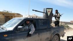 지난달 2월 이슬람 수니파 무장반군 ISIL 병사들이 시리아 하사케흐 지역에서 탈취한 쿠르드족 군용 차량이 몰고 있다. (자료사진)