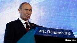 Presiden Rusia Vladimir Putin berbicara pada pertemuan CEO pada KTT APEC di Nusa Dua, Bali (7/10). (Reuters/Edgar Su)