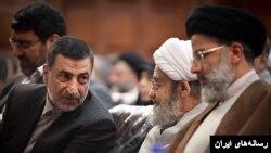 علیرضا آوایی در مراسم تودیع خود در مقام رئیس کل دادگستری تهران در کنار ابراهیم رئیسی (راست) از مسئولان وقت قوه قضاییه