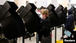 Para pemilih memberikan suara mereka untuk pemilihan utama presiden di kantor Dewan Pemilihan Daerah Franklin, Ohio, AS, 28 April 2020. (Foto: Reuters)
