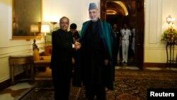 Tổng thống Ấn Độ Pranab Mukherjee (trái) vàTổng thống Afghanistan Hamid Karzai tại cuộc họp ở New Delhi, Ấn Độ, 21/5/13