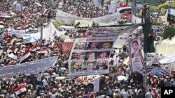 图为埃及人7月8日在开罗的解放广场聚集,要求加速改革