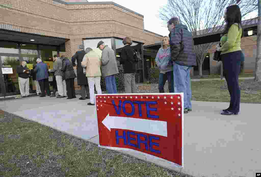 Voters line up to cast their ballots in the Republican primary at Medlock Bridge Elementary School, on Super Tuesday, March 6, 2012, in Johns Creek, Georgia. (AP)