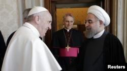 Le pape François salue le président de la République Islamique d'Iran Hassan Rouhani qu'il reçoit pour la première pour la fois au Vatican, 26 janvier 2016.