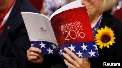 Jedna od delegata na Republikanskoj nacionalnoj konvenciji u Klivlendu čita zvaničnu platformu stranke