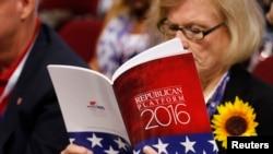 一位代表正在阅读共和党竞选纲领