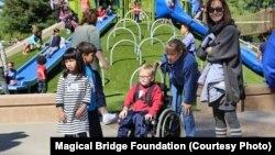 Майданчик «Чарівний міст» / Magical Bridge Playground у Пало-Альто, Каліфорнія