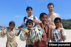 Chris Crow bermain bersama anak-anak di pantai Sumba (foto/dok: Chris Crow)