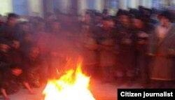 寧嘉本自焚情景(當地民眾向美國之音藏語組提供;照片經裁剪)
