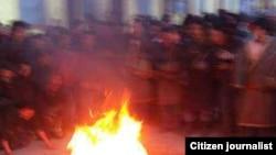 宁嘉本自焚情景(资料照片;当地民众向美国之音藏语组提供;照片经裁剪)