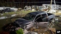 Vehículos y casas rodantes fueron destruidas en el tornado que se registró en Convent, Luisiana.
