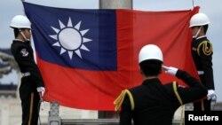 衛兵在台北中正紀念堂升起台灣旗幟。(資料照片)