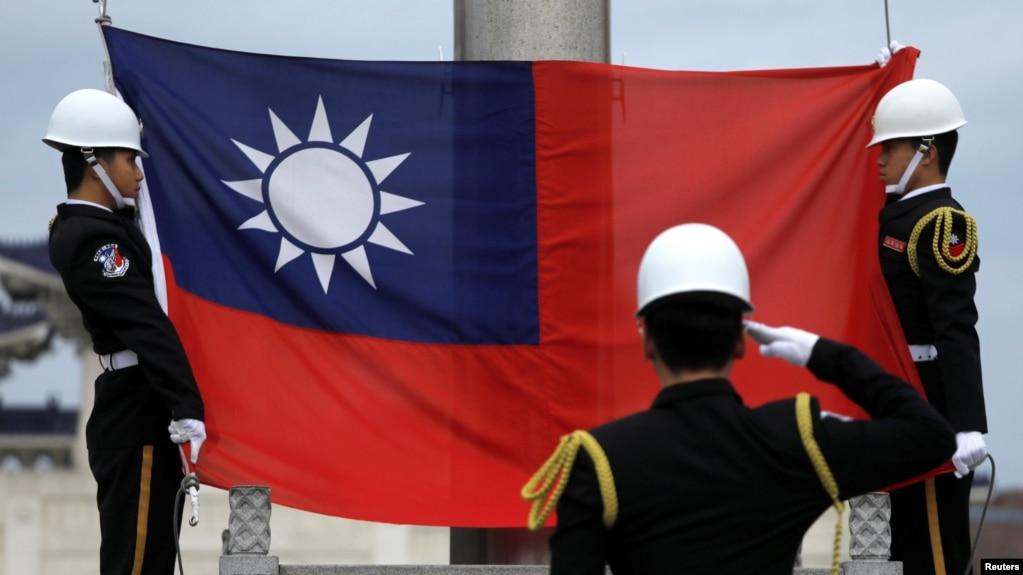 Quân đội Đài Loan tham gia lễ thượng cờ ở Đài Bắc. Lá cờ của quốc đảo này đã bị hạ xuống tại một công ty Đài Loan ở Việt Nam trước sự phản đối của Trung Quốc.