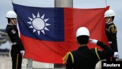 卫兵在台北中正纪念堂升起台湾旗帜。(资料照片)