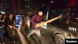 지난 11일 중국 저장성 위야오시에서 주민들이 폭우 피해에 대한 방송국 보도에 항의하며 시위를 벌였다.