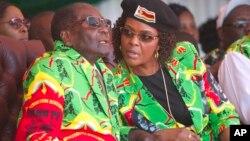 Le président Robert Mugabe et sa femme Grace regarde une cours à Marondera, à 100 km d'Harare, le 2 juin 2017.