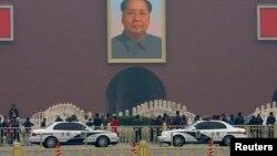 Xe cảnh sát đậu trước lối vào chính của Tử Cấm Thành ở Bắc Kinh, 1/11/2013