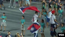 外国运动员2017年8月30日在台北世大运闭幕式会场展示中华民国国旗 (美国之音黎堡摄)